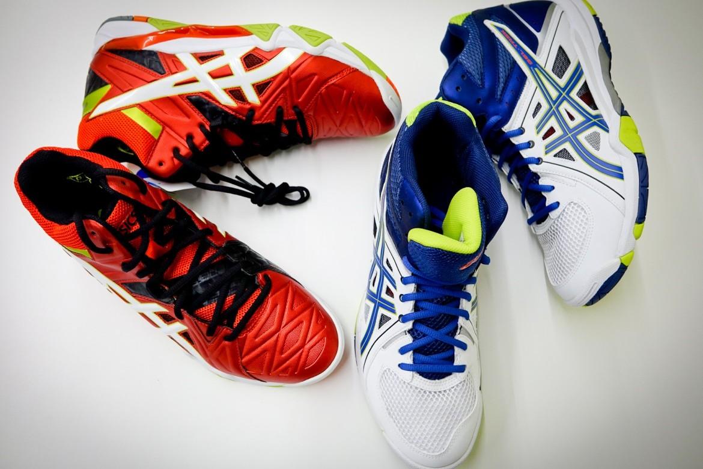 Na zdjęciu widać dwie pary obuwia. To buty do siatkówki Asics - Gel Sensei 6 MT oraz Gel Task 6 MT.