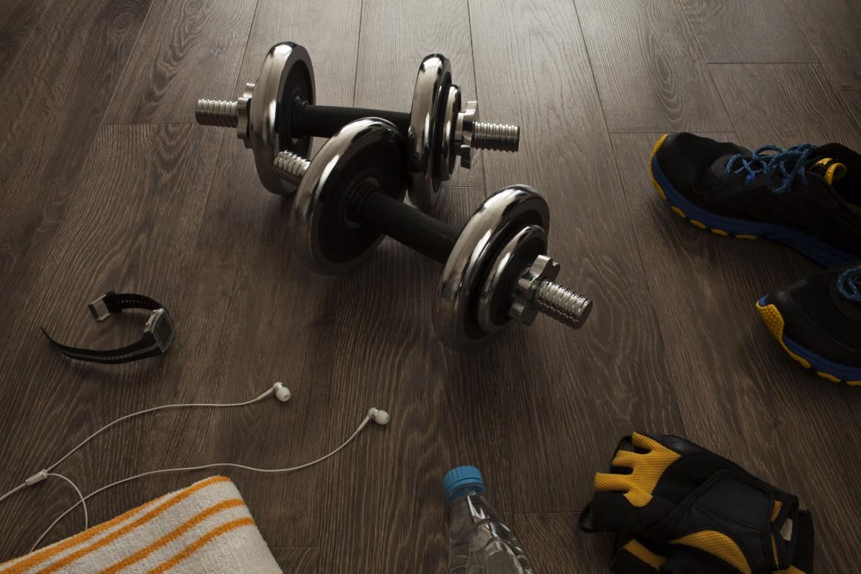 Na zdjęciu znajduje się niezbędnik na pierwszy raz na siłowni.