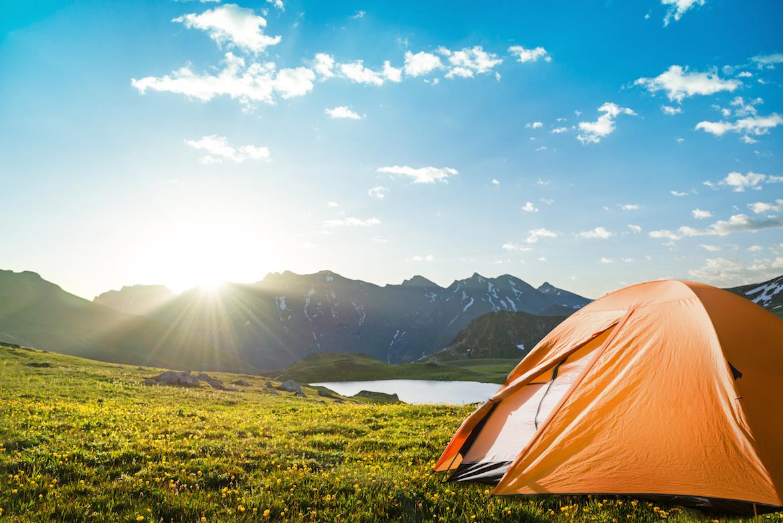 Co zabrać pod namiot? Wybieramy akcesoria kempingowe