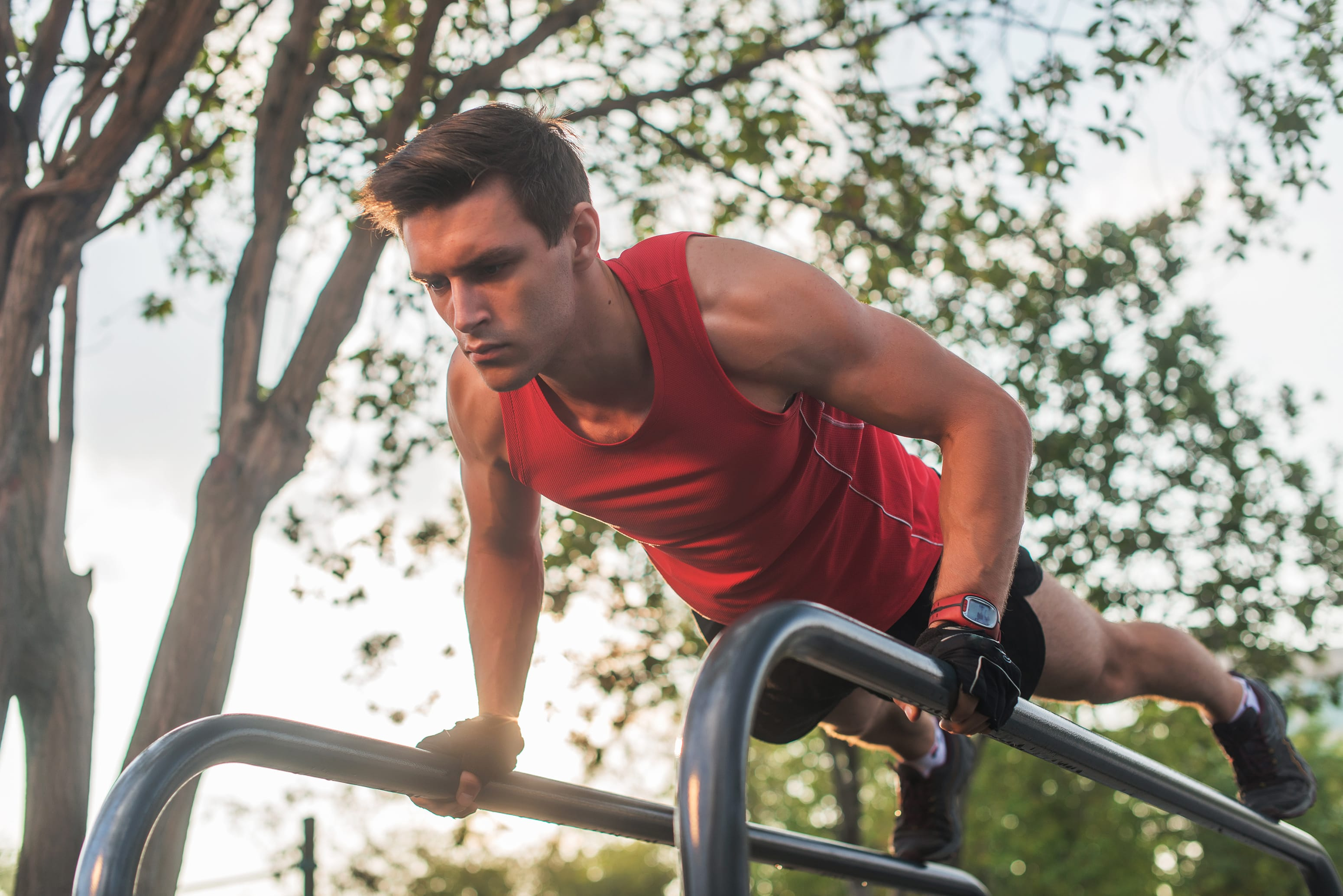 Street workout i kalistenika – ćwiczenia dla początkujących. Zmierz się z siłą własnych mięśni