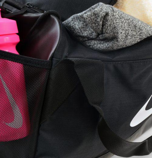Torba treningowa Nike Brasilia BA5334 010 czarna – kieszeń na napój