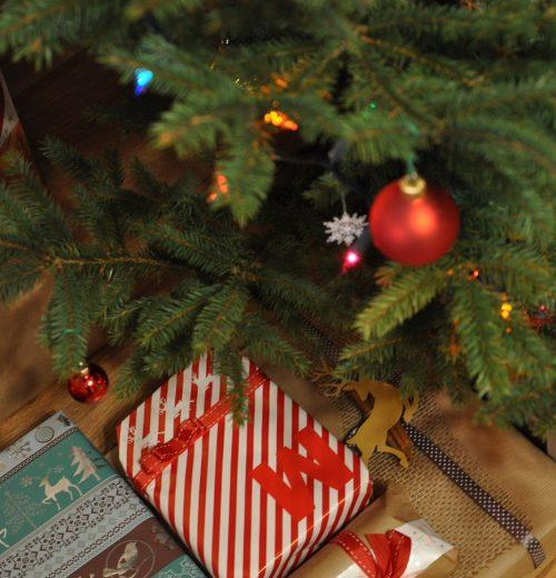 Pakowanie prezentów świątecznych, czyli jak zrobić dobre pierwsze wrażenie – pakowanie prezentów o nietypowych kształtach