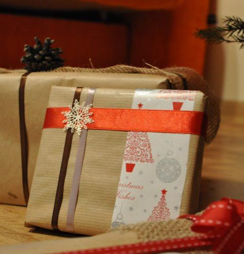 Pakowanie prezentów świątecznych, czyli jak zrobić dobre pierwsze wrażenie – pakowanie prezntów w szary papier
