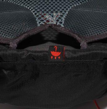 Plecak turystyczny High Peak – siatkowy system wentylujący i kieszeń na pokrowiec przeciwdeszczowy na spodzie plecaka