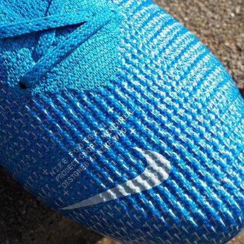 Diabeł tkwi w szczegółach! By zapewnić trakcję piłce przyjmowanej przez zawodnika, temu małemu Swoosh'owi umieszczonemu w przedniej części buta nadano matowe wykończenie.