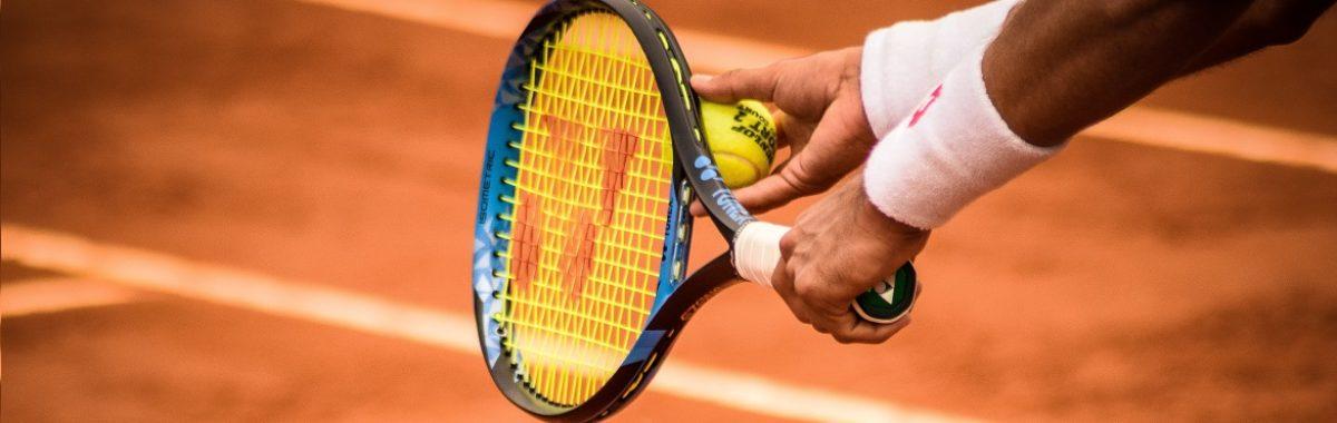 Tenis ziemny – 7 powodów, dla których warto grać. Zdjęcie tenisisty blog sportbazar 1170×380