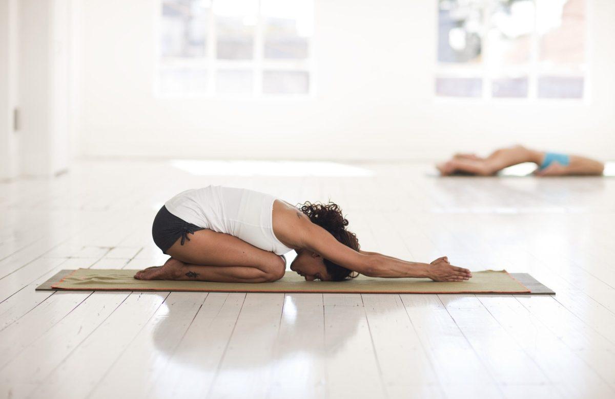 pozycja-dziecka-trening-w-domu-w-dobie-koronawirusa-joga-dla-poczatkujących.900×600-1